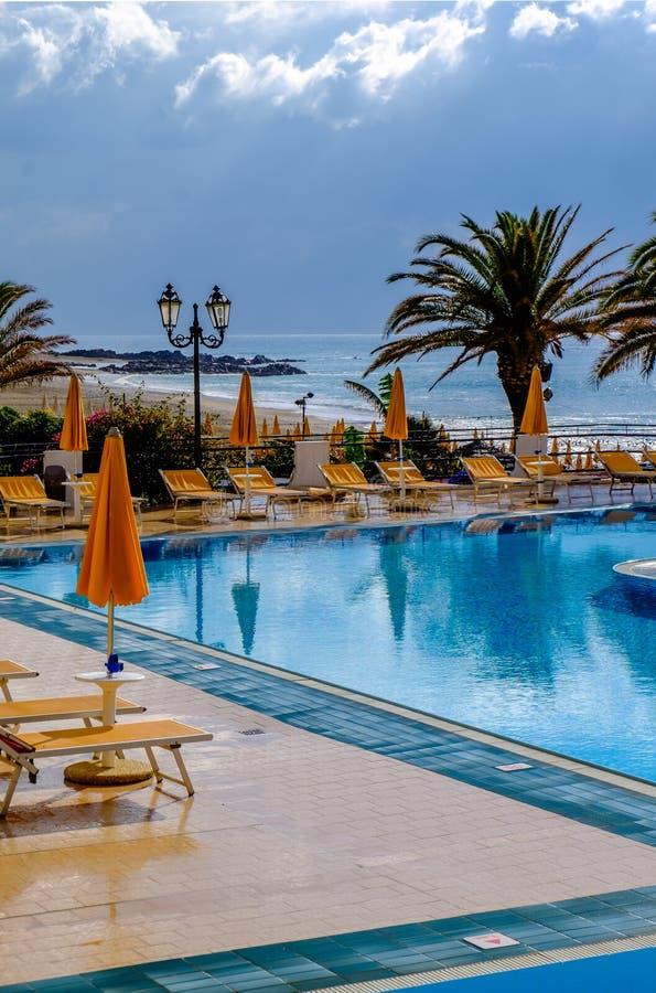 Piscina y mar Mediterráneo en un día lluvioso imagen de archivo libre de regalías