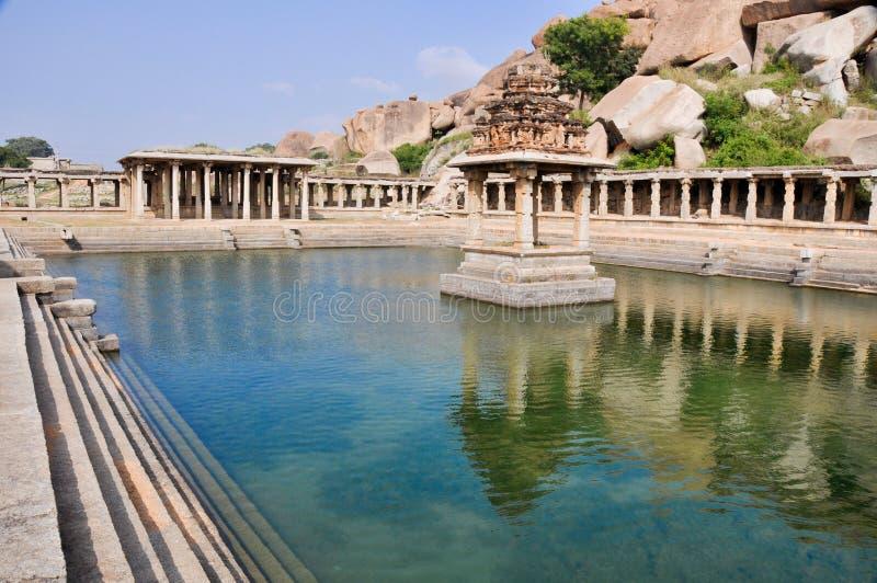 Piscina y templo viejos de agua en el mercado de Krishna, Hampi fotos de archivo libres de regalías