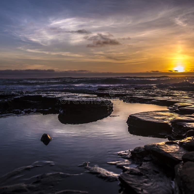 Piscinas de la marea con una puesta del sol dramática en San Diego fotografía de archivo