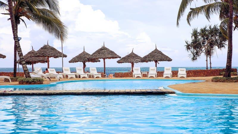 Piscinas no hotel nos trópicos na tarde res foto de stock royalty free