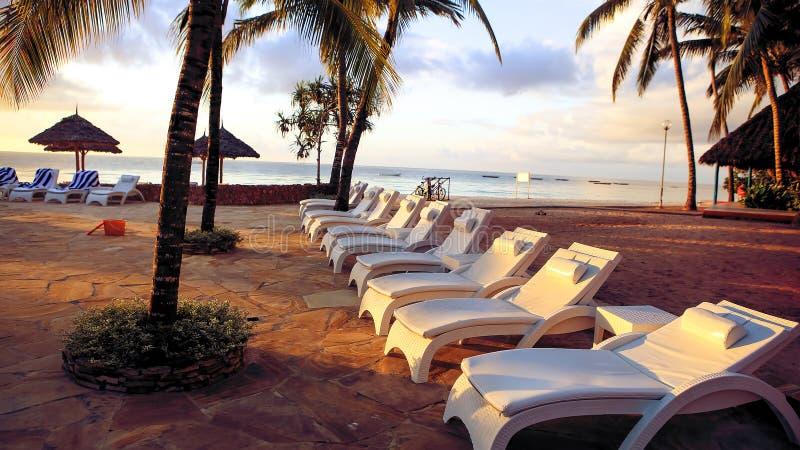 Piscinas no hotel nos trópicos na tarde res imagens de stock royalty free