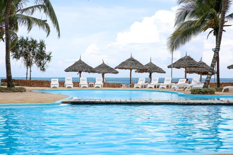 Piscinas no hotel nos trópicos na tarde res fotos de stock royalty free