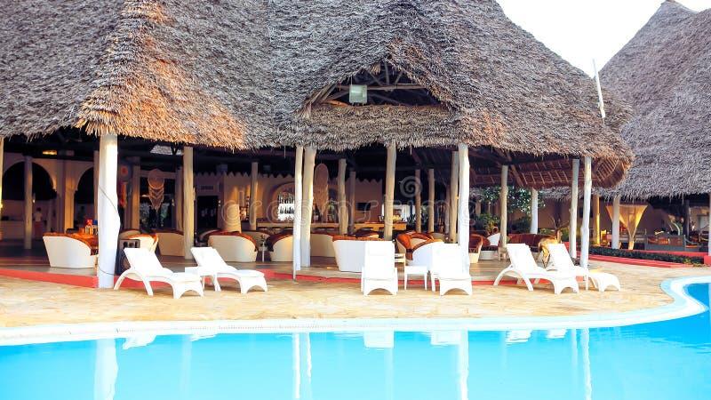 Piscinas no hotel nos trópicos na tarde res fotos de stock