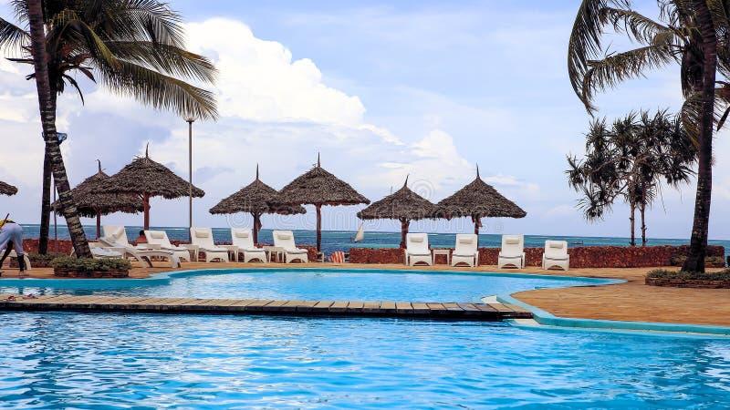 Piscinas no hotel nos trópicos na tarde res imagens de stock
