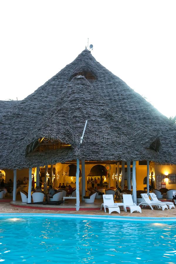 Piscinas no hotel nos trópicos na tarde res fotografia de stock royalty free