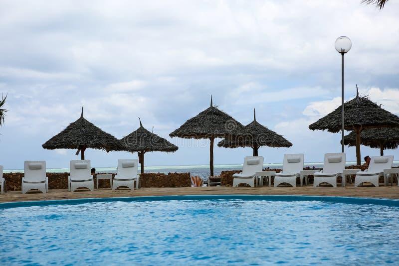Piscinas no hotel nos trópicos na tarde res fotografia de stock