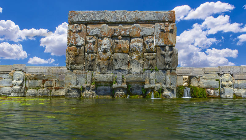 Piscine antique hittite et monument religieux d'Eflatunpinar photo stock