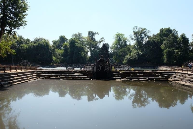 Piscine antique La piscine, le rivage et le fond dont sont présentés des blocs en pierre Neak Pean Khmer baray photo stock