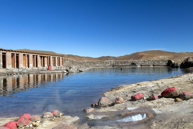 Piscine avec de l'eau géothermiques et minéraux en geysers d'EL Tatio, Chili, Amérique du Sud photo libre de droits