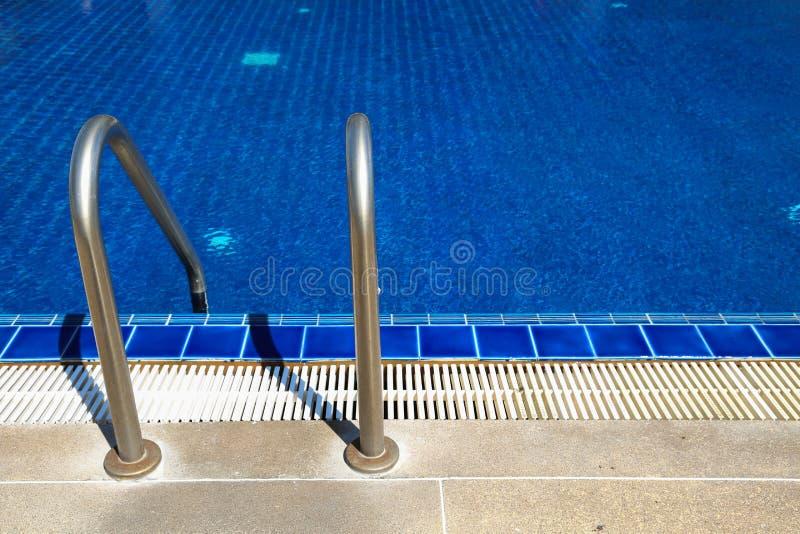 Piscine avec des réflexions ensoleillées le jour de temps beau Détendez le temps avec la famille sur la piscine Sport populaire photos stock