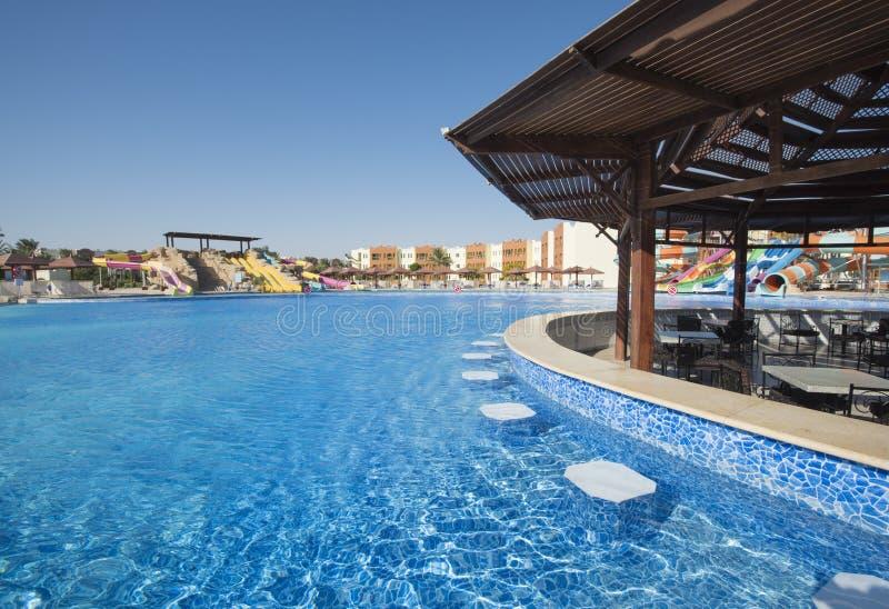 Piscine avec la barre dans une station de vacances tropicale de luxe d'hôtel photographie stock