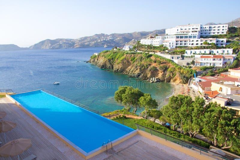 Piscine avec la belle vue de mer dans l'hôtel luxueux images stock