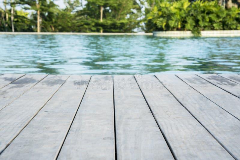 Piscine avec la plate-forme en bois de poolside image libre de droits