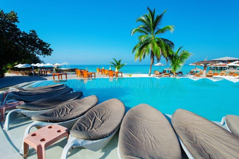 Piscine avec le restaurant à l'île tropicale photographie stock libre de droits