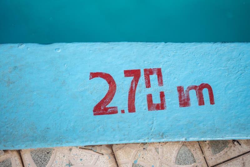 Piscine avec 2 marqueur de profondeur de 70m peint en rouge photo stock