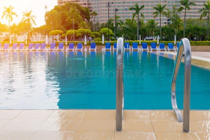 piscine bleue à l'hôtel avec l'escalier photos libres de droits