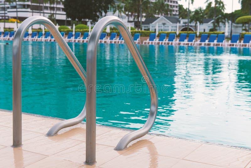 piscine bleue à l'hôtel avec l'escalier image stock