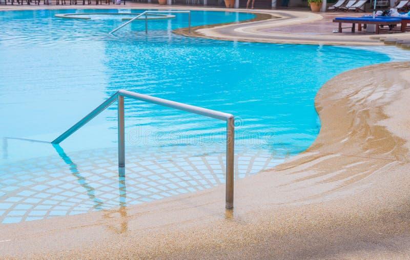piscine bleue à l'hôtel avec l'escalier images libres de droits
