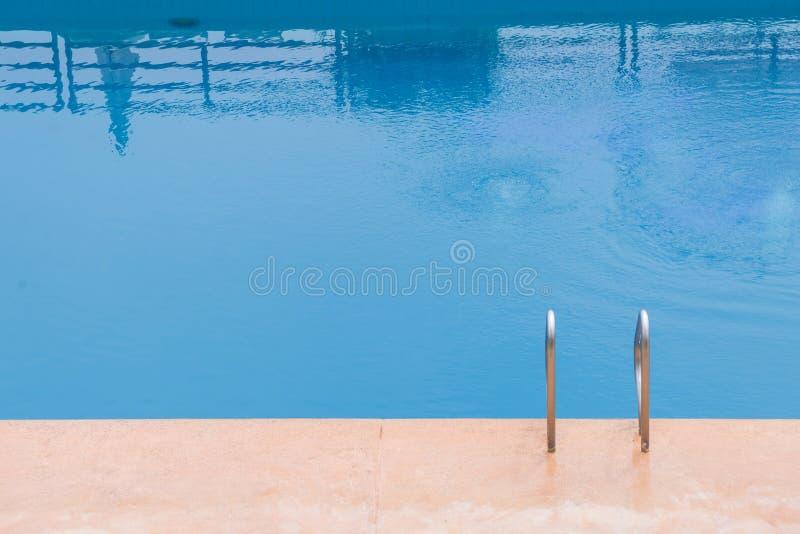piscine bleue à l'hôtel avec l'escalier photo stock