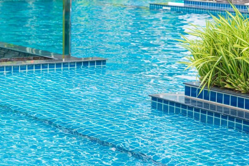 piscine bleue à l'hôtel, concept de vacances d'été photographie stock libre de droits