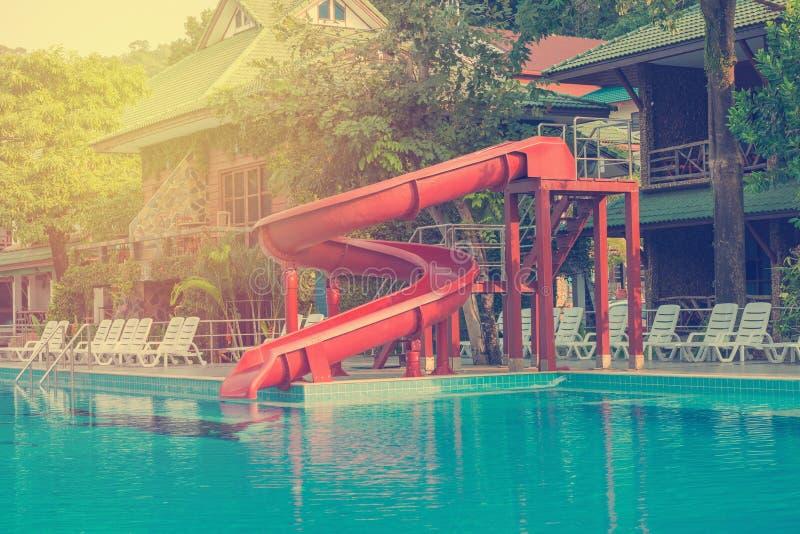 piscine bleue avec la glissière d'eau à l'hôtel photographie stock libre de droits