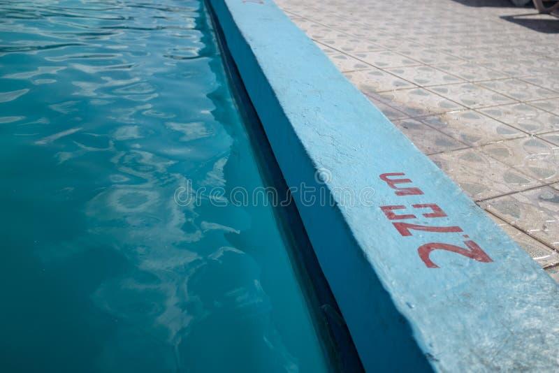 Piscine bleue de invitation avec 2 inscription de profondeur de 70m photographie stock