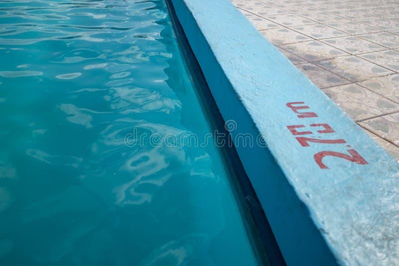 Piscine bleue de invitation avec 2 inscription de profondeur de 70m photographie stock libre de droits