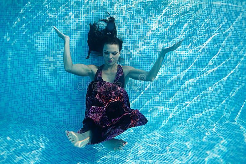 Piscine bleue de jour ensoleillé de beau de femme de fille de robe bain sous-marin de plongée photos stock