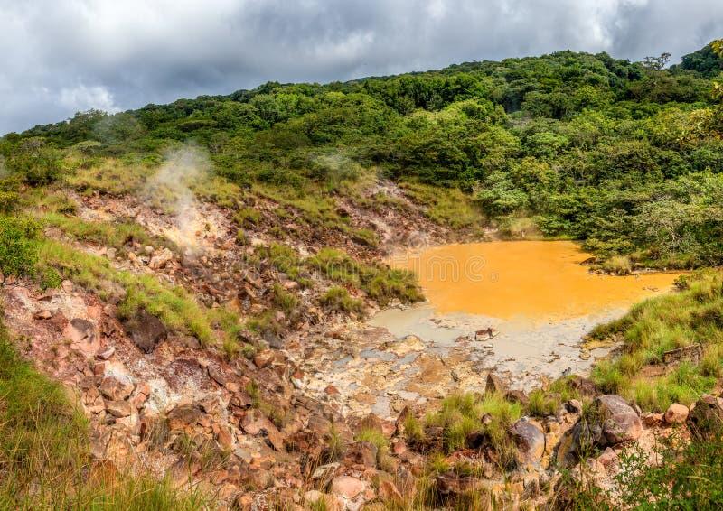 Piscine chaude de boue en parc national de Rincon de la Vieja photos libres de droits
