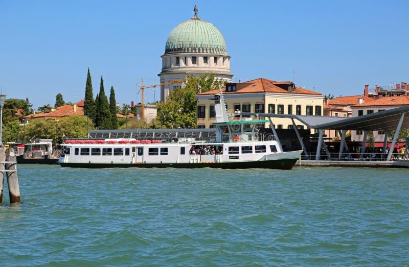 Piscine découverte de Veniceand le ferry-boat de passager image libre de droits