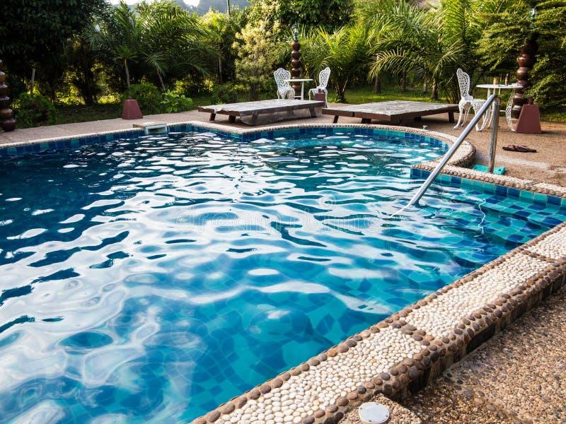 Piscine d'eau bleue photographie stock