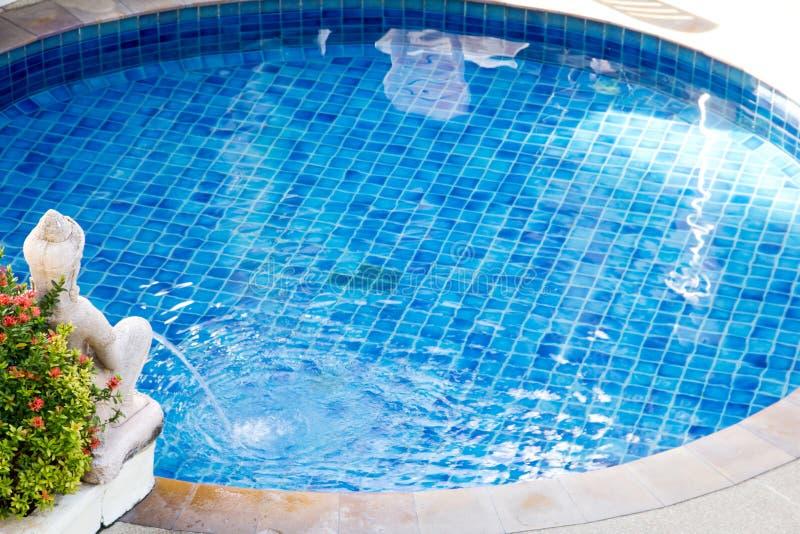 Piscine d'eau bleue avec la décoration de statue photo libre de droits