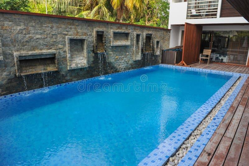Piscine d'hôtel Belle piscine extérieure de luxe avec l'escalier dans l'hôtel et station de vacances pour le voyage de vacances photographie stock libre de droits