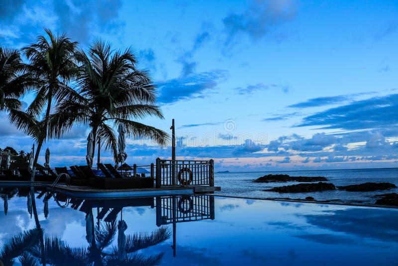 Piscine d'infini par l'océan photographie stock