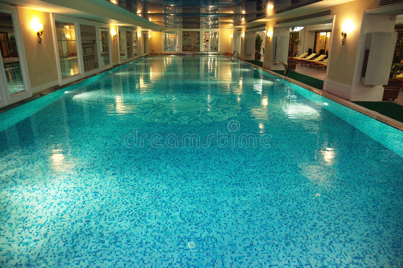 Piscine d 39 int rieur de luxe image stock image du for Prix piscine interieur