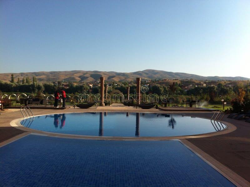 Piscine dans l'hôtel dans le cappadokia - dinde images stock