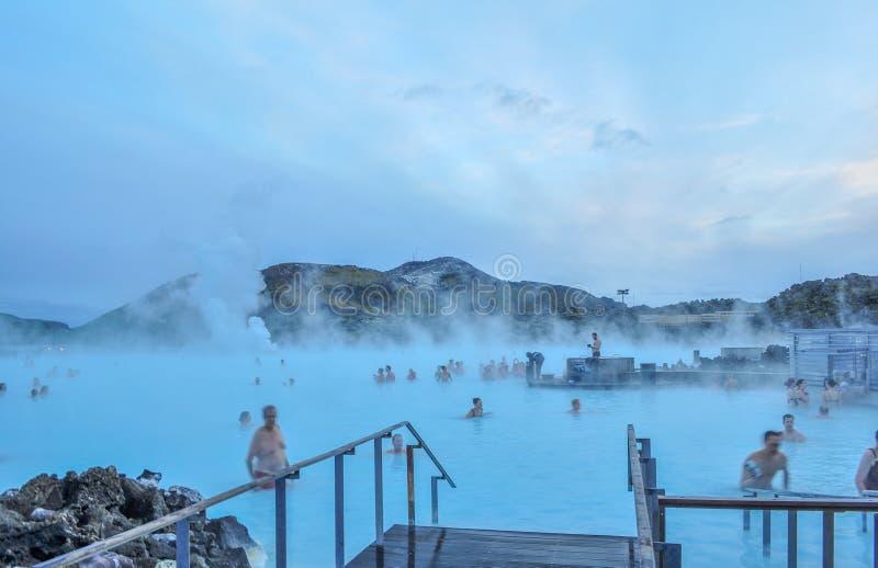 Piscine dans un domaine de lave avec de l'eau chaude en Islande photographie stock