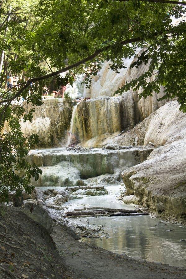 Piscine de Bagni San Filippo Hot Springs dans la région boisée de la Toscane photos libres de droits