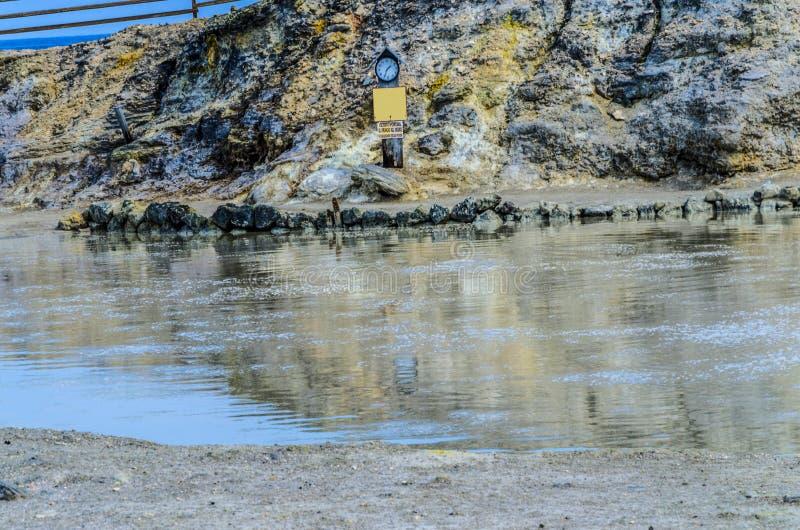 Piscine de boue pour les bains thermiques sur le vulcano d'île image stock