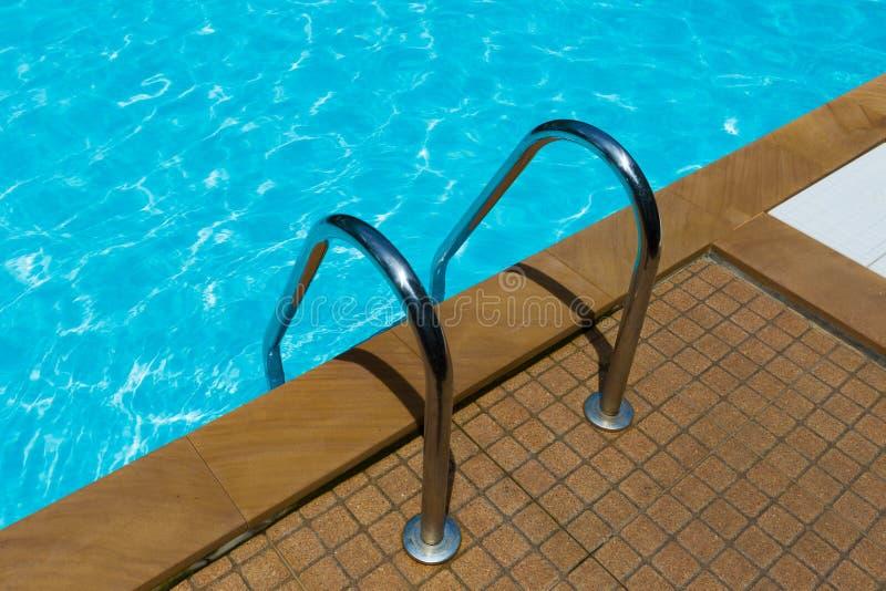 Piscine de grippage dans la piscine image stock