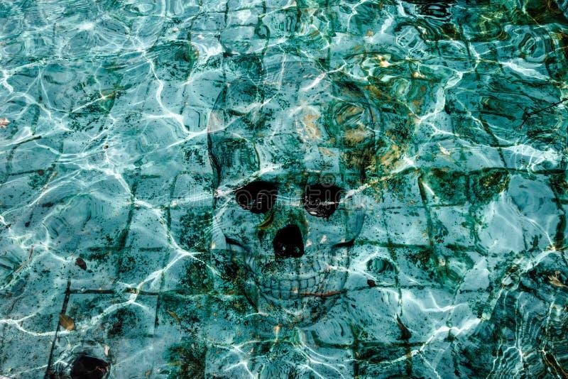 Piscine de hantise avec le crâne images stock