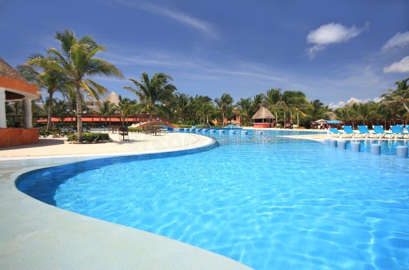Piscine de ressource d'hôtel de plage photographie stock libre de droits