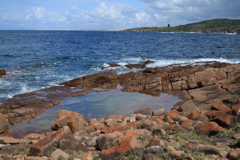 Piscine de roche de port de bateau images stock