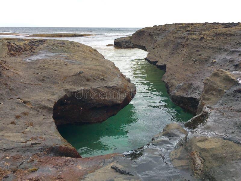 Piscine de roche par l'océan photos stock