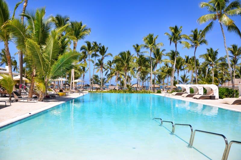Piscine de station de vacances d'hôtel de plage photos stock