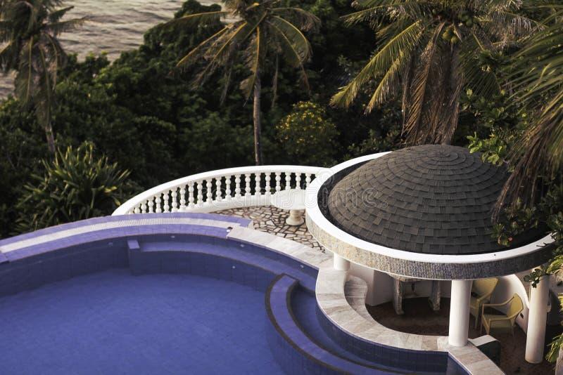 Piscine de station de vacances d'hôtel de Lingganay avec des palmiers photos stock