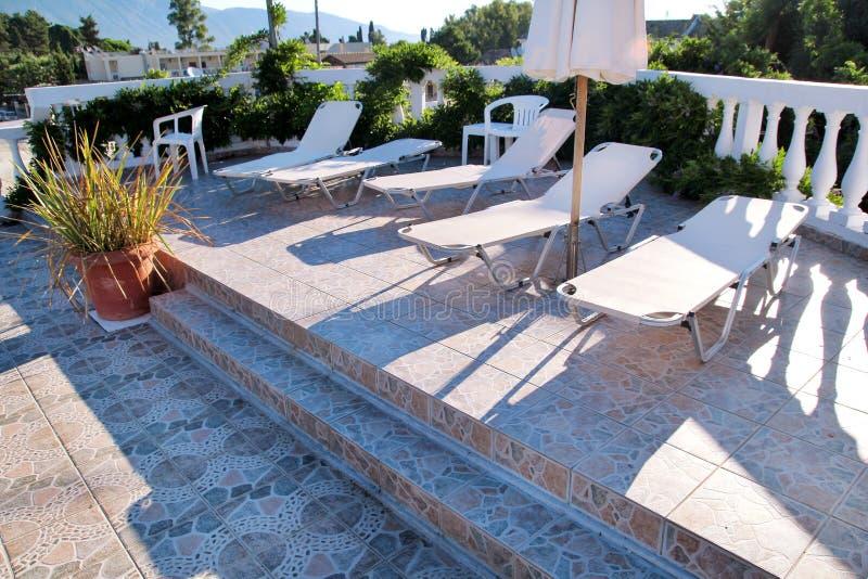 Piscine de villa de luxe de vacances, nature stupéfiante Détendez près de la piscine avec la balustrade, chaises de plate-forme,  images libres de droits