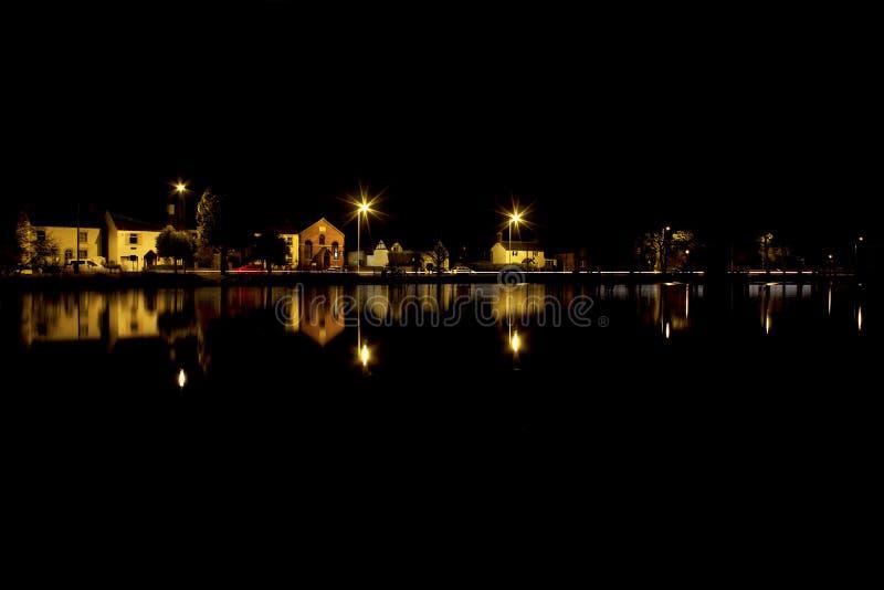 Piscine de village la nuit photos stock