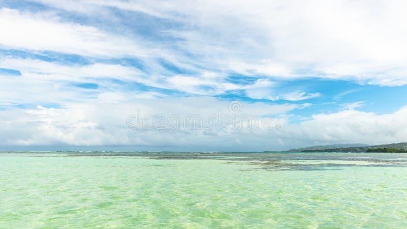 Piscine en nylon dans la profondeur d'attraction touristique du Tobago du corail clair de bâche d'eau de mer et de la vue panoram photographie stock