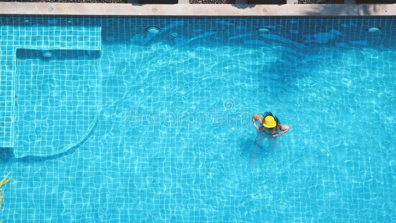 l 39 eau bleue de piscine photo stock image du nature beau 85905074